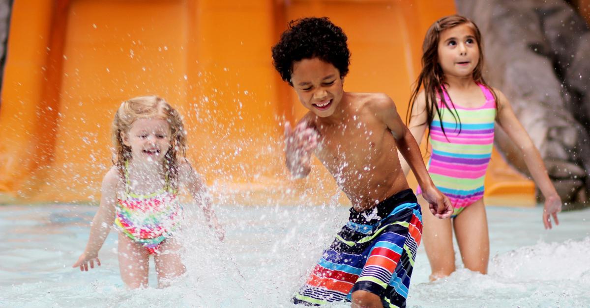 kids splashing at great escape's indoor water park