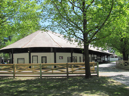 mutuel-barn-v1_425.jpg