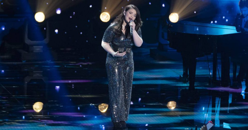 madison vandenburg performing on american idol stage