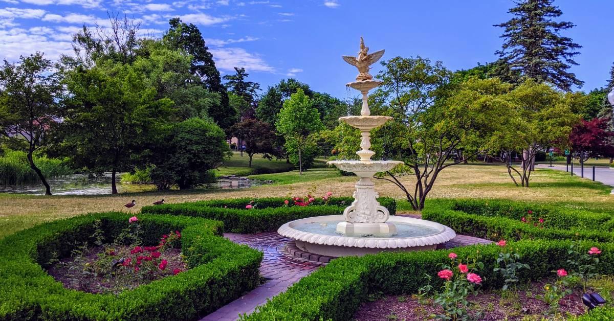 una fuente en un parque escénico